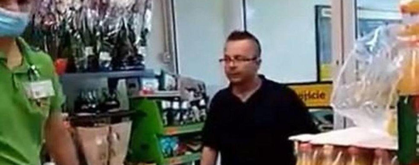 """""""Украинец, *бать тебя"""": в Кракове в супермаркете клиент обматерил работника за требование надеть маску"""
