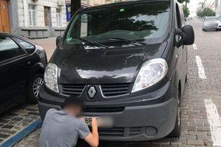 В Киеве нашли и наказали мужчину, который проехал на микроавтобусе по пешеходному мосту
