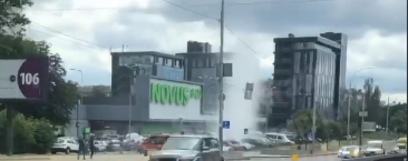 В центре Киева на парковке возле супермаркета забил гейзер