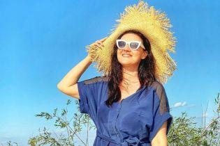Подорожує Україною: Соломія Вітвіцька у мокрій сукні влаштувала собі фотосесію