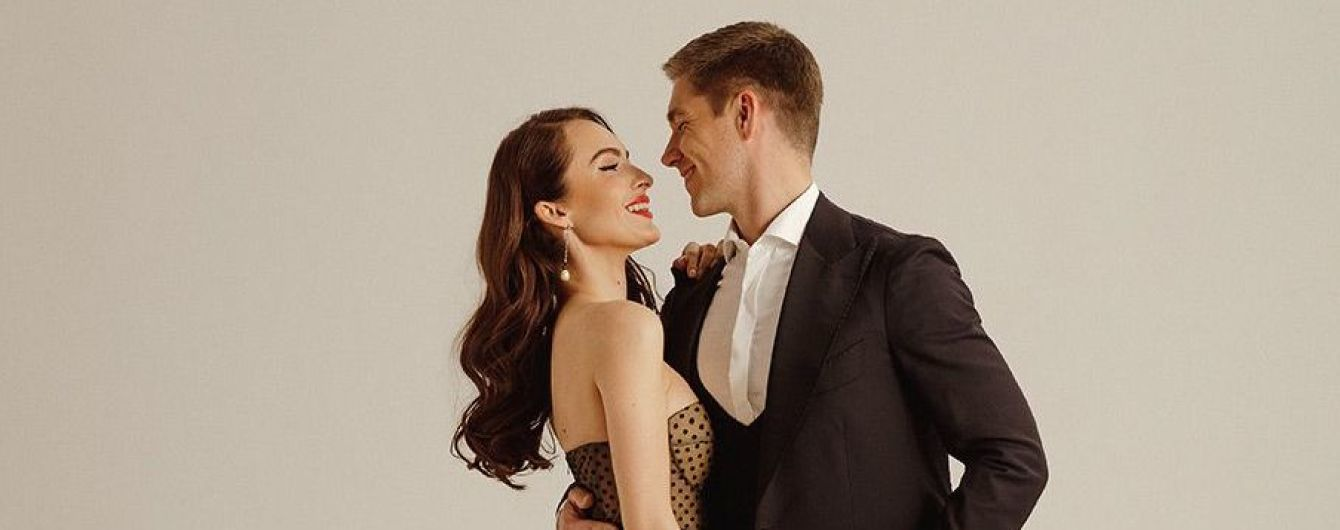 Закохані Володимир Остапчук з дівчиною станцювали танго у басейні