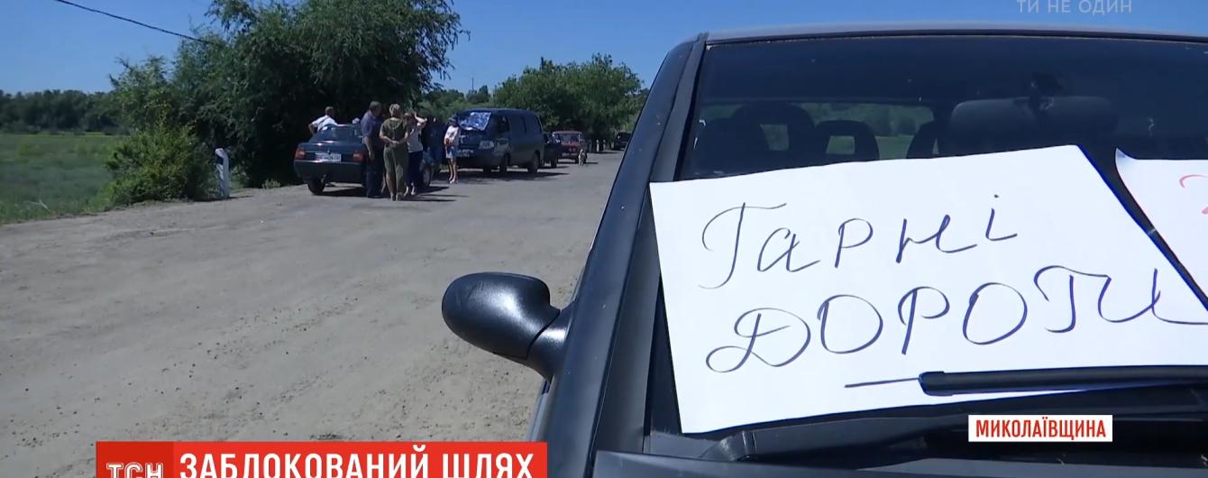 У Миколаївській області люди блокують дороги для вантажівок, що везуть будматеріали до електростанції