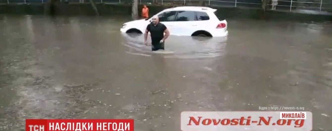 Ливень в Николаеве: транспорт плавал в воде