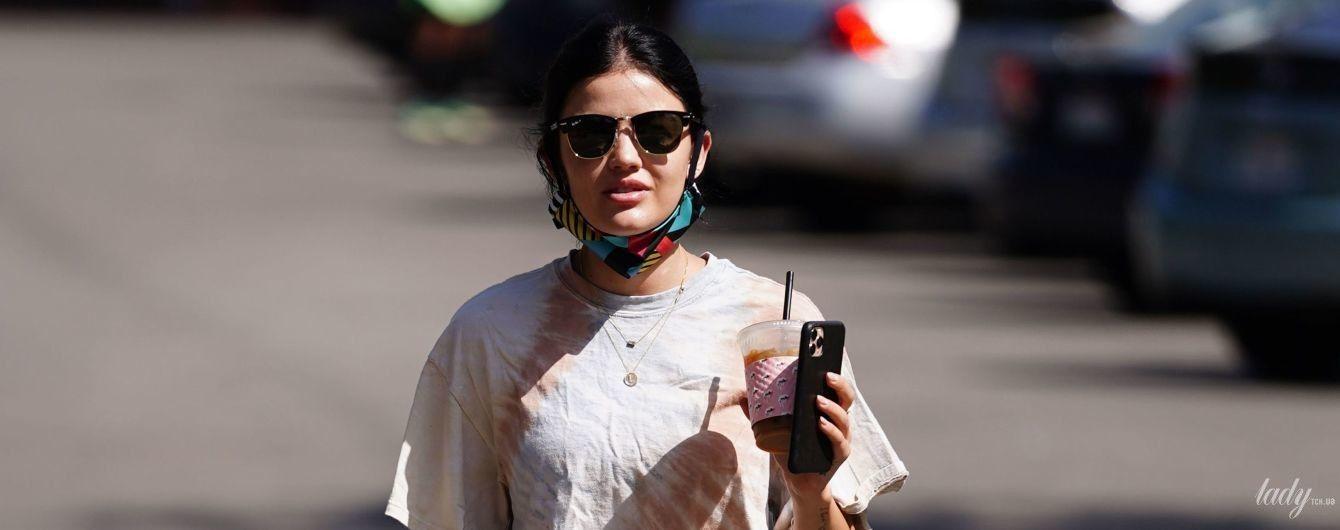 Лосины в обтяжку и мятая футболка: небрежный аутфит Люси Хейл на прогулке