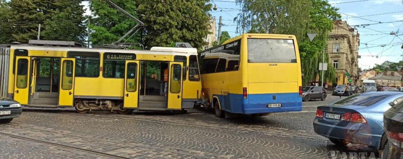 У центрі Львова трамвай протаранив маршрутку: з'явилися фото