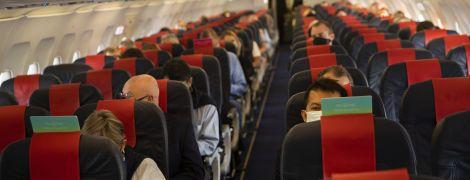 """Американська авіакомпанія каратиме пасажирів """"жовтими картками"""" за відсутність масок"""