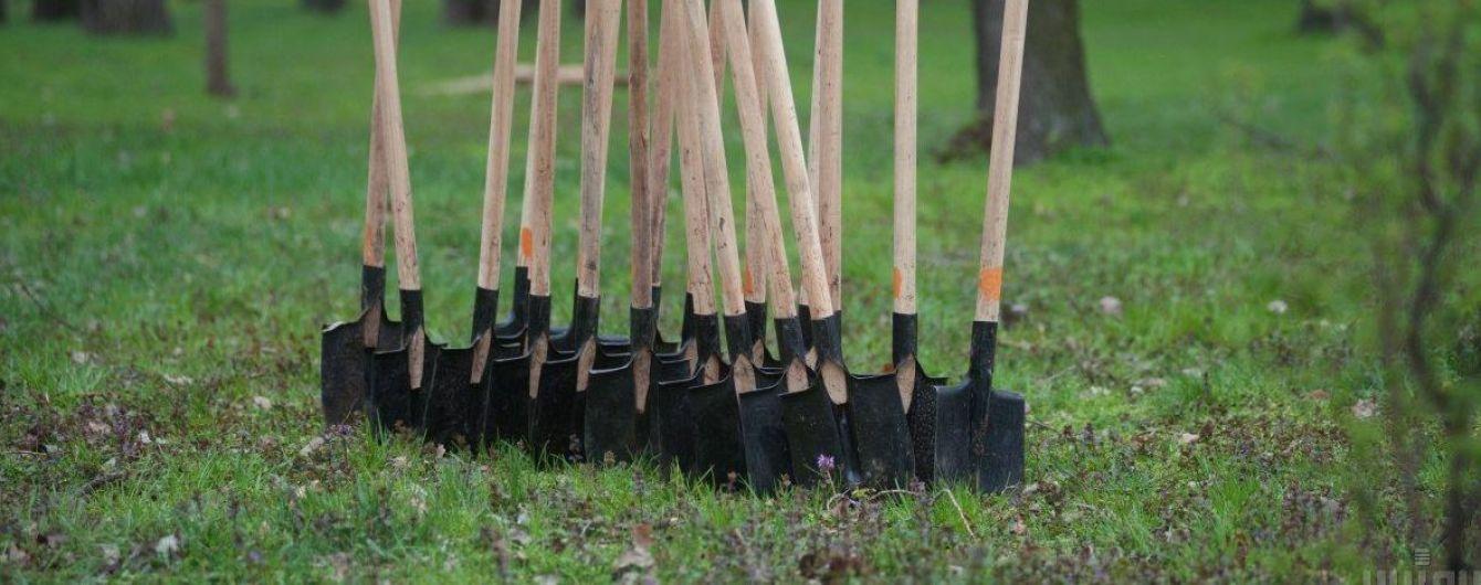 Вдарив лопатою по голові: у Чернігові суд призначив покарання за побиття комунальника
