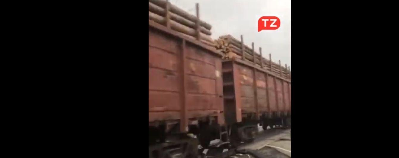 Детсяки вагонов с лесом: в Сети обсуждают загруженные поезда с древесиной на Буковине
