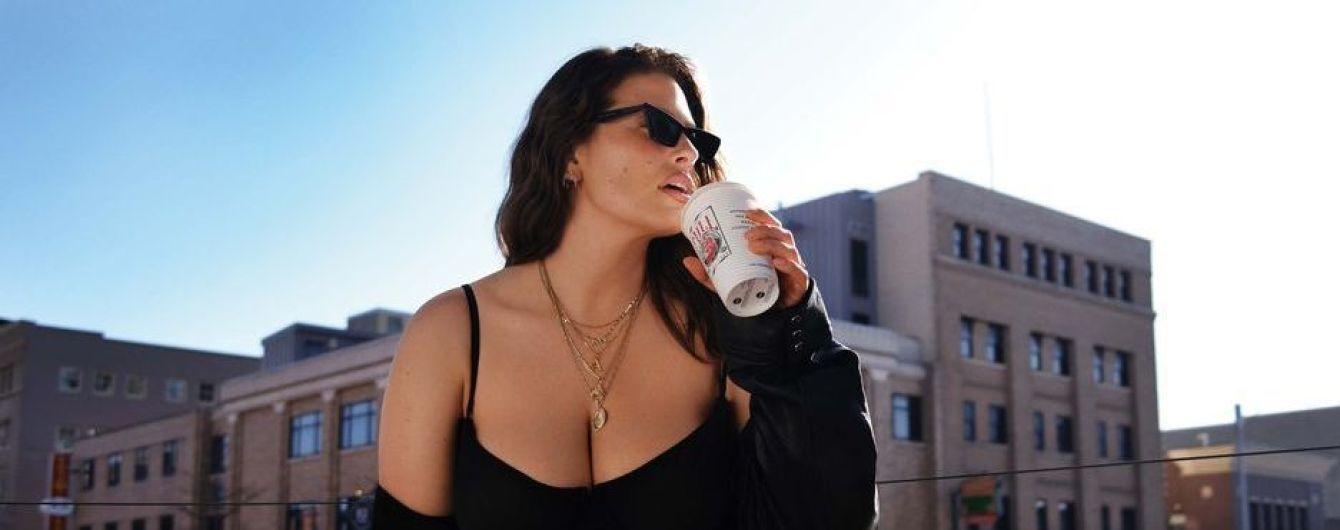 В плаще на голое тело: молодая мама Эшли Грэм примерила смелый образ