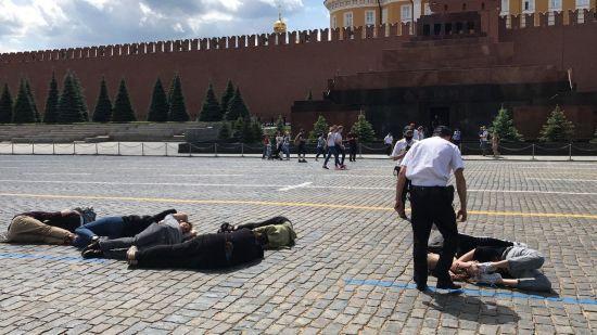 На Красній площі активісти виклали тілами число 2036 в знак протесту проти Путіна: їх одразу затримали