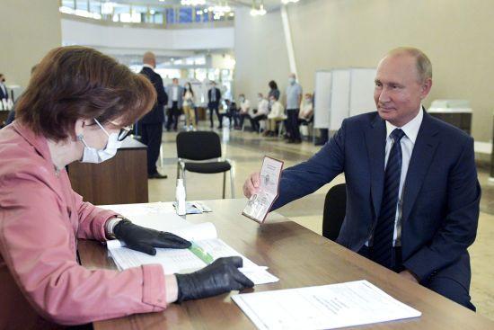 Путін прийшов на голосування за поправки до Конституції без маски