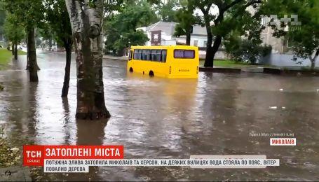 Потужні зливи затопили вулиці Миколаєва і Херсону