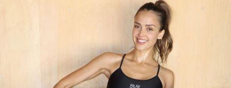 Прыжки с резинкой и скручивания: Джессика Альба показала, как поддерживает себя в форме