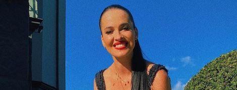 В платье с высоким разрезом и в шлепках: Даша Астафьева похвасталась эффектным луком