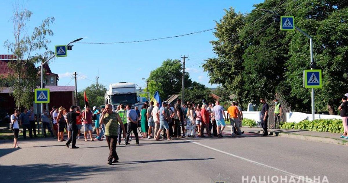 Жители Черновицкой области перекрывали трассу из-за децентрализации - пострадал полицейский