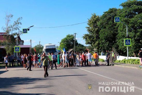 Жителі Чернівецької області перекривали трасу через децентралізацію - постраждав поліцейський