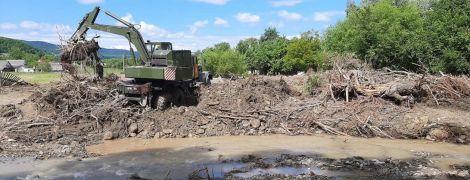 Через дощові паводки на заході України підтопленими залишаються 12 населених пунктів