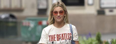 У триколірній спідниці і футболці The Beatles: демократичний аутфіт Ешлі Робертс