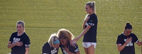 Американская футболистка не стала на колено во время национального гимна и объяснила свой поступок