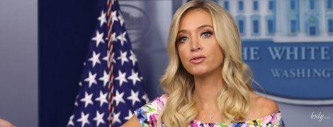 Какая яркая и красивая: пресс-секретарь Белого дома подчеркнула фигуру цветочным платьем