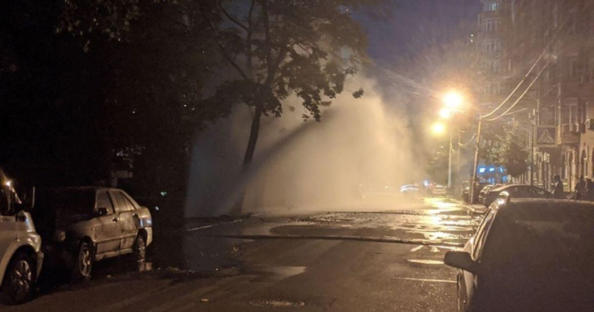 Десятиметровый фонтан: в Киеве на Подоле прорвало трубу