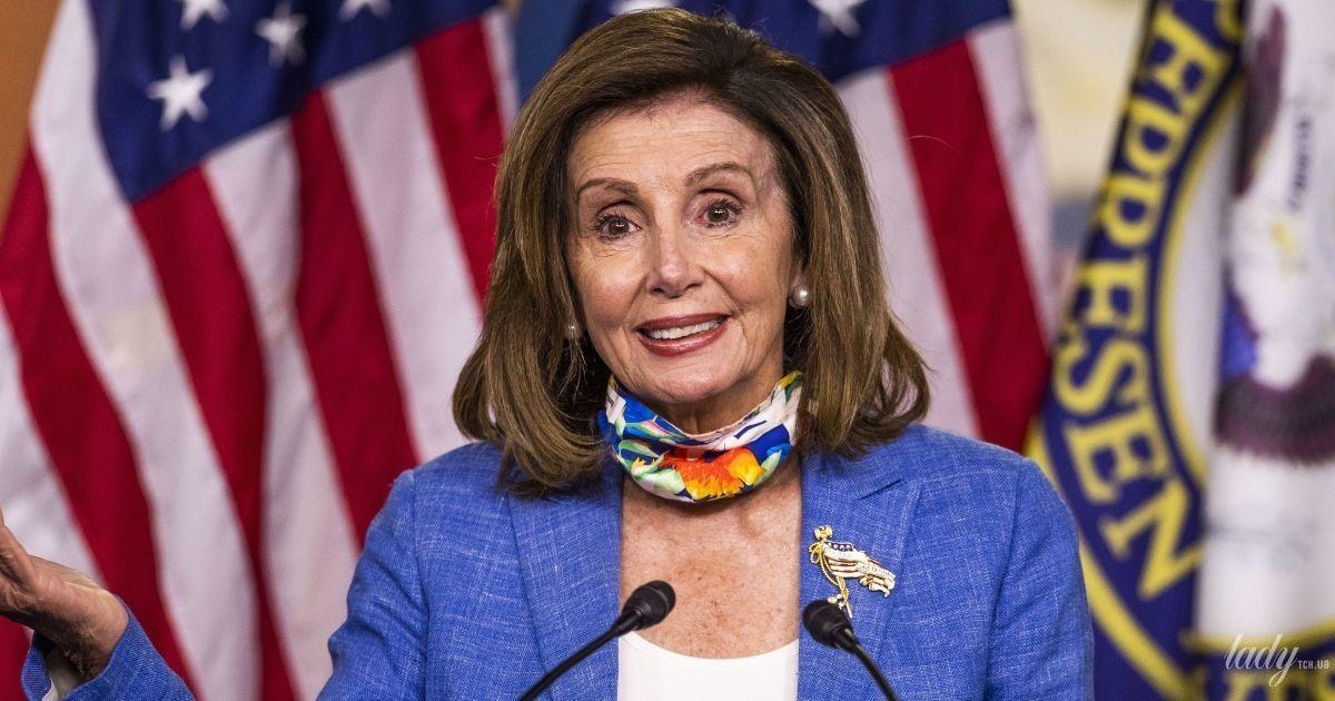 В васильковом жакете и пестрой маске: 80-летний спикер палаты представителей США на пресс-конференции