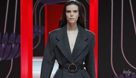 Колекція Prada сезону осінь-зима 2020-2021: спідниці зі смужок тканини, бахрома і кольорові колготки