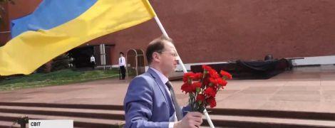 В Москве активист с украинским флагом устроил акцию у стен Кремля