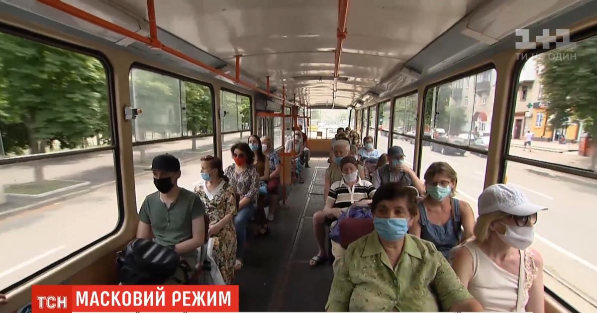 """""""Вали отсюда, пока я тебе не врезала"""": в Киеве водитель троллейбуса избила пассажира из-за упрека про маску"""