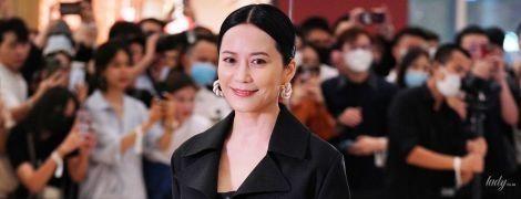 В плаще и экстравагантных босоножках: китайская актриса Юй Фэйхун на фэшн-презентации в поп-ап-сторе