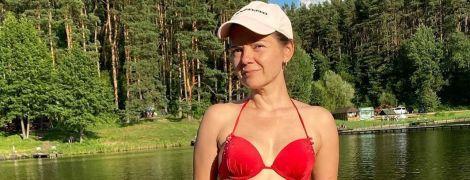 Відпочиває на дачі: Марічка Падалко схвилювала фоловерів фігурою в червоному купальнику