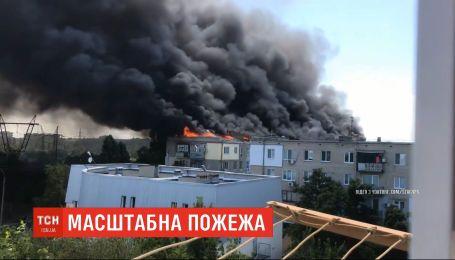 Жители многоэтажки, что вчера горела в Новой Каховке, ночевали в изуродованных квартирах