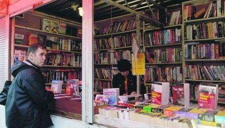 """У Києві закривають книжковий ринок """"Петрівка"""", підприємці протестують"""