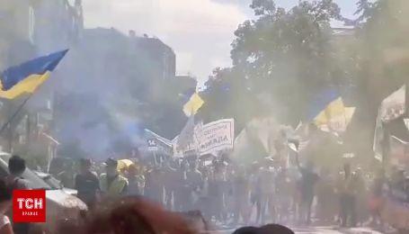 Митингующие зажгли файеры и дымовые шашки под Офисом президента