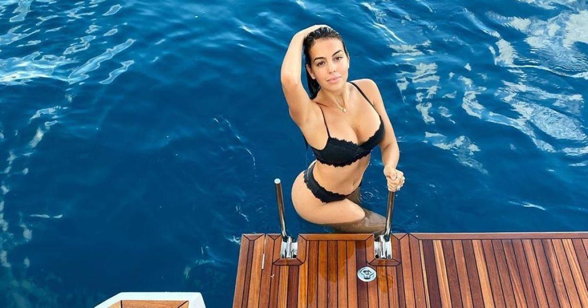 Гаряча штучка: Джорджина Родрігес в чорному мереживному купальнику позувала на яхті