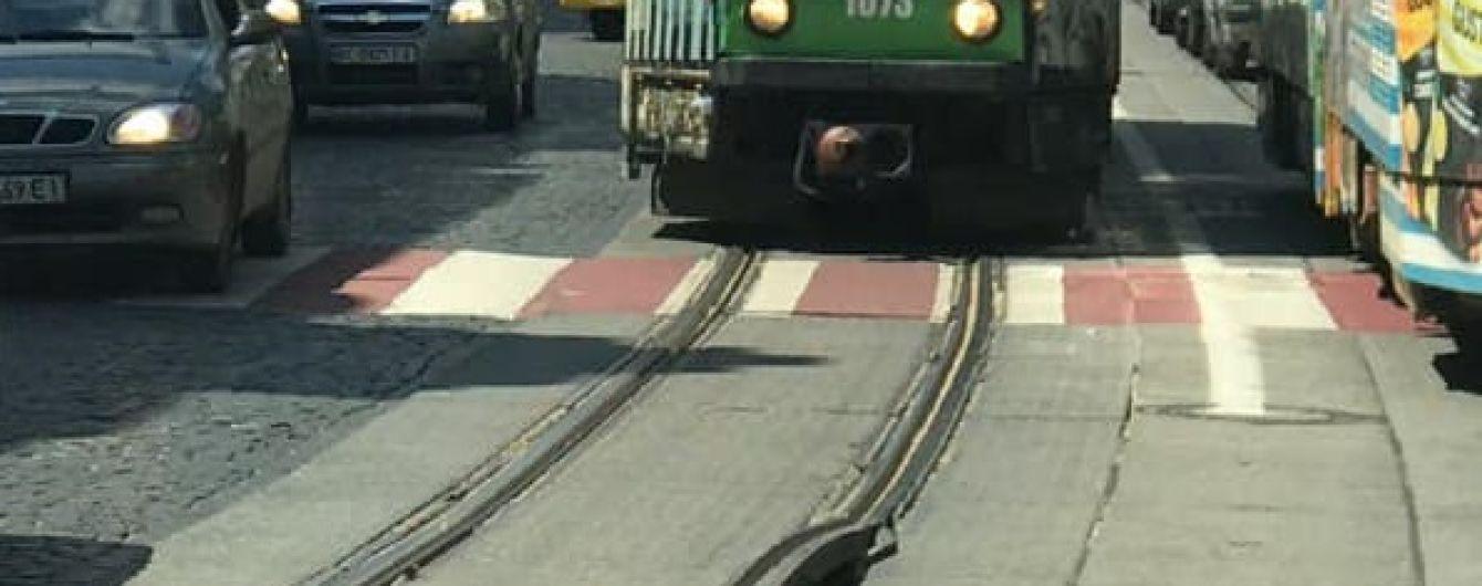 """В центре Львова """"стали на дыбы"""" трамвайные рельсы: появилось фото"""