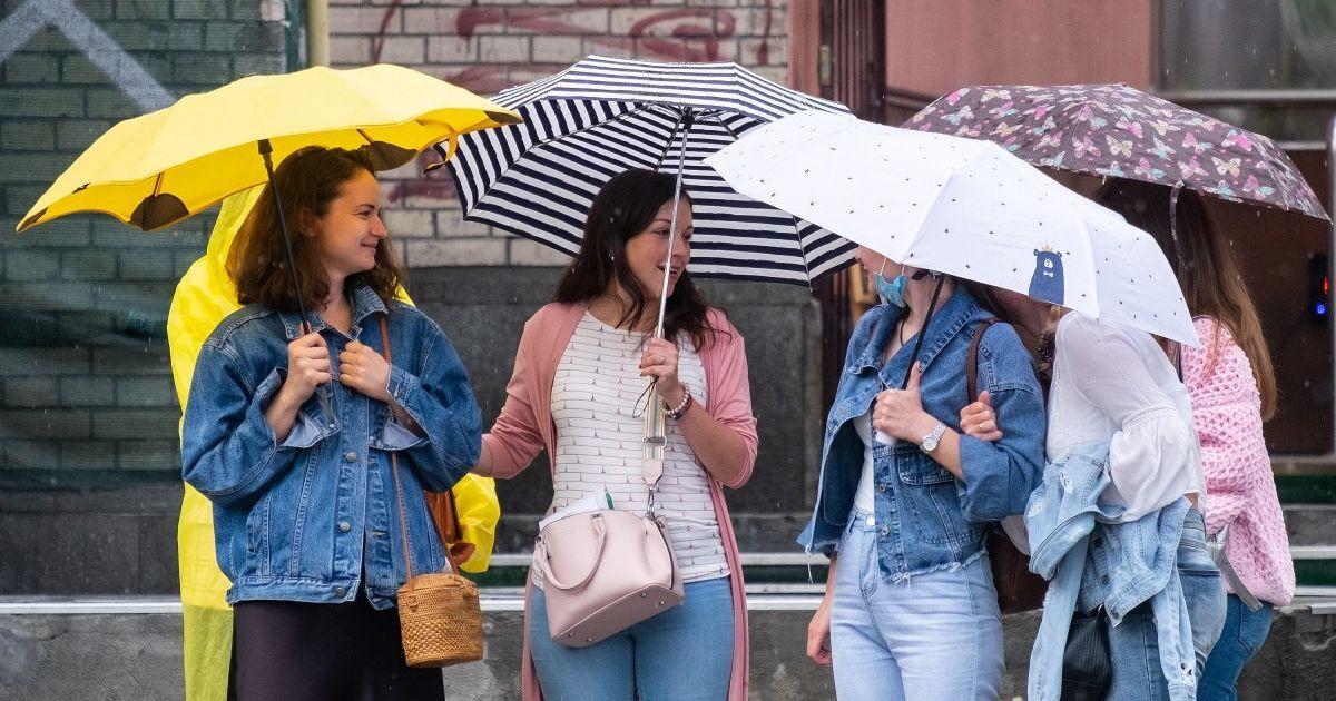 Посеред жовтня Київ накрила літня гроза: на дорогах затори, дощ не спиняється увесь день