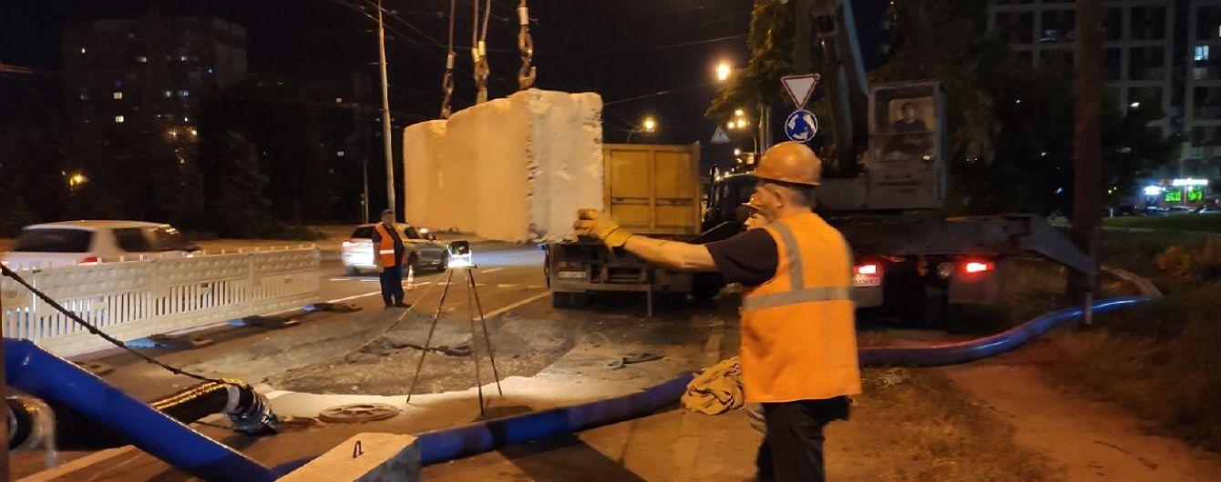 В Киеве на Виноградаре возник четырехметровый провал