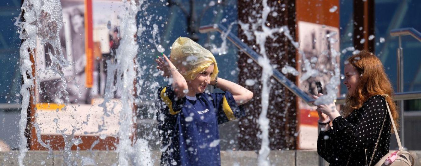 Трехчасовой рабочий перерыв и купание в фонтанах: как спасаются от жары жители восточной и южной Украины