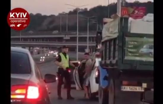 У Києві водій ГАЗу хотів викинути сміття у лісі, втікав від місцевих і протаранив Mercedes