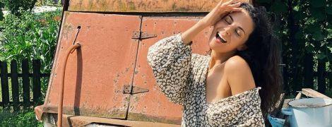 У сукні зі спущеним плечем: Настя Каменських грайливо позувала біля колодязя