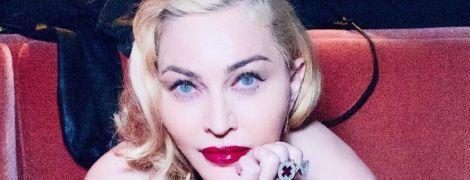 61-річна Мадонна без ліфчика позувала у ванній
