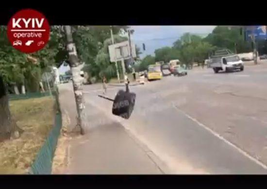 У київської маршрутки відірвалось колесо і ледь не травмувало перехожого