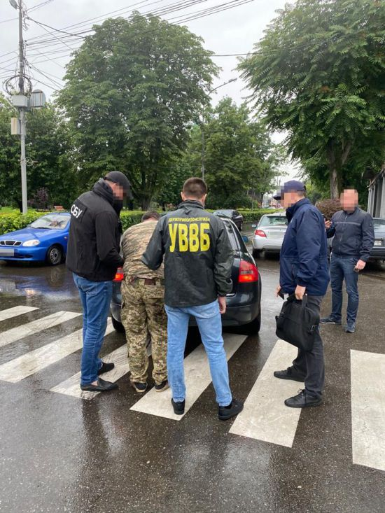 На Закарпатті на хабарі затримали прикордонника, який кришував контрабанду цигарок до Румунії
