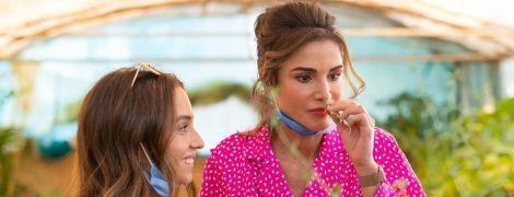 Королева у блузці кольору фуксії, принцеса в джинсах: Ранія з донькою відвідали туристичний центр