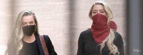 У лаконічній сукні і з хусткою на обличчі: Ембер Герд заскочили біля Королівського суду в Лондоні