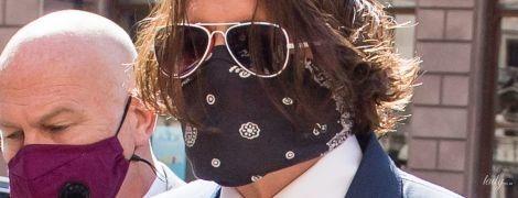 У класичному костюмі і з банданою на обличчі: Джонні Депп прибув до Королівського суду
