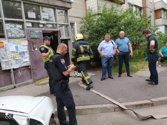 У Києві горіла багатоповерхівка: людей через витікання газу евакуювали