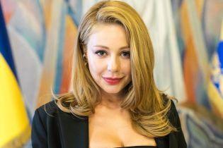 В сдержанном платье и на шпильках: Тина Кароль получила награду от президента Украины