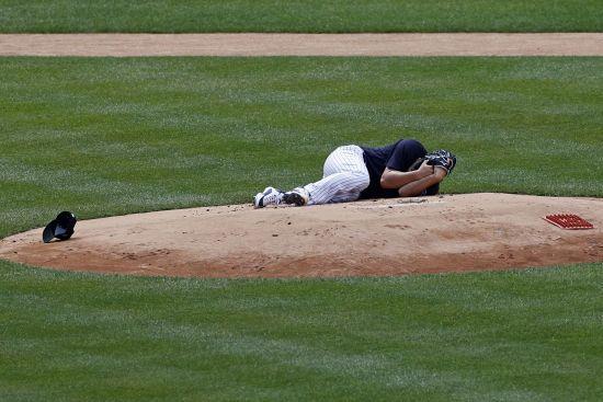 Бейсболіст боляче зацідив м'ячем в обличчя та відправив партнера в гарматний нокаут